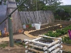 Украшение бочки с водой в огороде