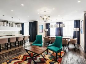 Светлая гостиная в стиле китч с ярким ковром