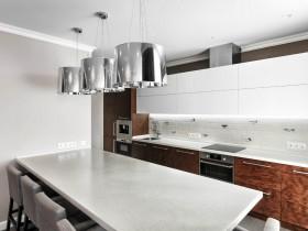 Современная кухня с хромированными люстрами