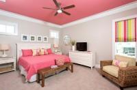 Белая спальня с розовым потолком и пастельным бельем