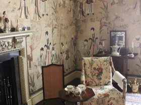 Wallpaper and furniture in Chinese style