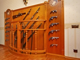 Деревянный оружейный стенд в квартире