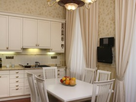 Светлая кухня ў класічным стылі