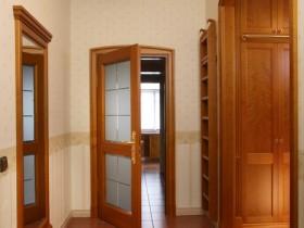 Коридор в классическом стиле с деревянной мебелью