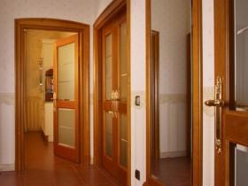 Світла вітальня з великим дзеркалом