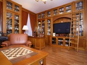 Вітальня поєднана з особистим кабінетом в класичному стилі
