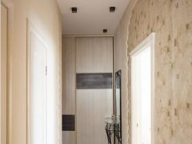 Интерьер светлого узкого коридора в квартире