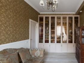 Гостиная в классическом стиле с темными стенами и светлым потолком