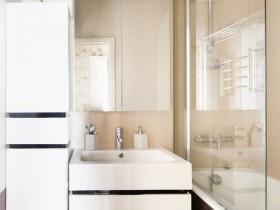 Маленькая светлая ванная комната