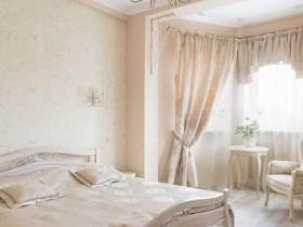 Прыгожая класічная спальня ў светлых танах