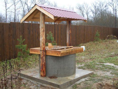 Еще один вариант оформления бетонного колодца