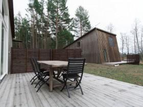 Зона отдыха рядом с деревянным коттеджем