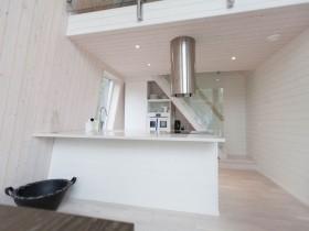 Белая кухня с необычной металлической вытяжкой
