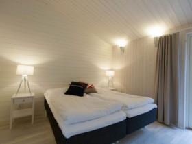 Белая спальня с черной кроватью в скандинавском стиле