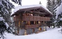 Фасад деревянного загородного коттеджа