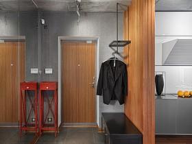 Прихожая с серыми стенами и деревянной отделкой