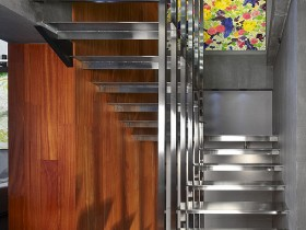 Лестничная площадка в коттедже стиля конструктивизм