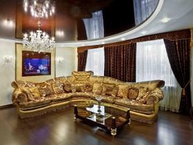 Гостиная с золотистым диваном и темным натяжным потолком
