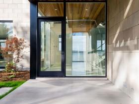 Скляні вхідні двері в котедж