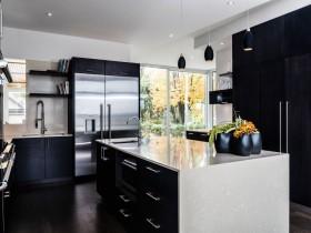 Чорно біла кухня в сучасному котеджі