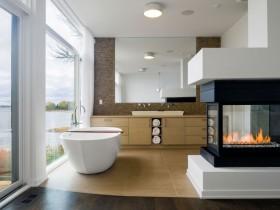 Інтер'єр ванної кімнати в сучасному стилі з великими вікнами