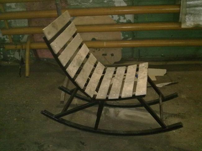 Кресло-качалка из дерева и металла