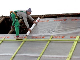 Paro- and waterproofing of the roof of the bath film