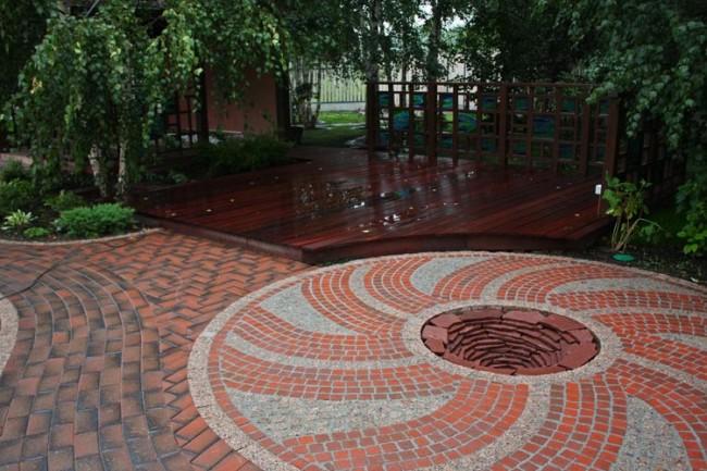Готовая площадка, вымощенная круговым узором