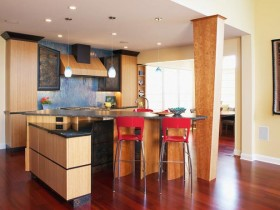 Kitchen wood with columns and bright accessories