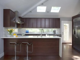 The combination of white walls with wooden kitchen furniture