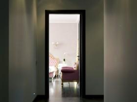 Темный узкий коридор в квартире