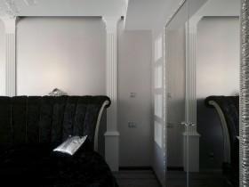 Контраст белых стен и черной мебели в квартире