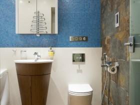 Маленька ванна кімната в сучасному стилі