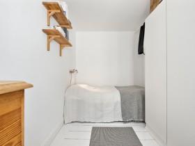 Маленька біла спальня в скандинавському стилі