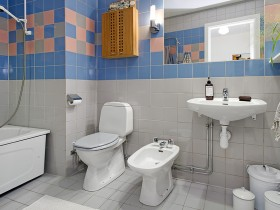 Bathroom with white and blue ceramic tiles