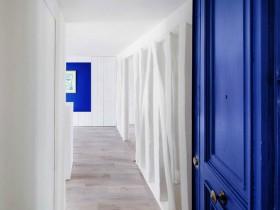 Белая комната с синей дверью