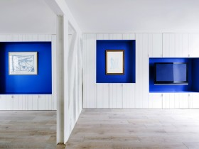 Room in blue and white tones
