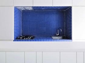 Кухня в стиле минимализм, стол в бело-синих тонах