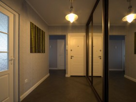 Bright entrance hall with mirrored wardrobe