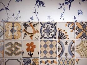 Яскрава керамічна плитка в інтер'єрі кухні