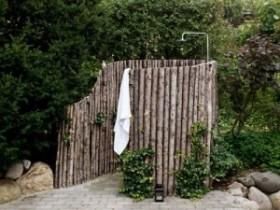 Идея летнего душа в сельском саду