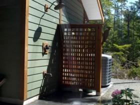 Літній душ, огороджений шпалерою