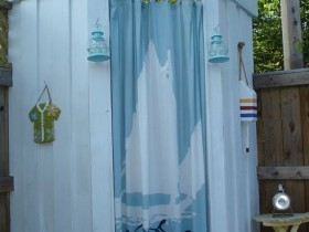 Creative outdoor shower with curtain