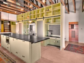 Яркий дизайн комнаты в стиле лофт