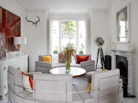 Современная белая гостиная с камином