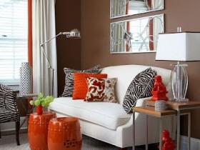 Маленькая темная гостиная с белым диваном