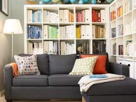 Яркая маленькая гостиная с черным диваном