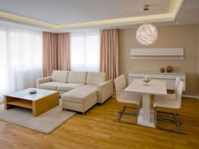 Совмещенная белая гостиная со светлым паркетом