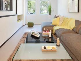 Маленькая белая гостиная с коричневым ковром
