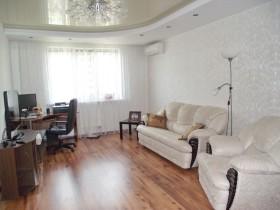 Белая совмещенная гостиная